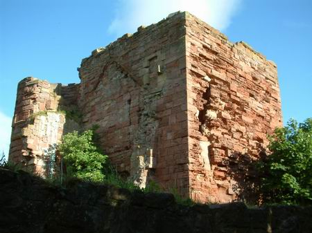 macduff castle, good view of macduff catle weathered tower